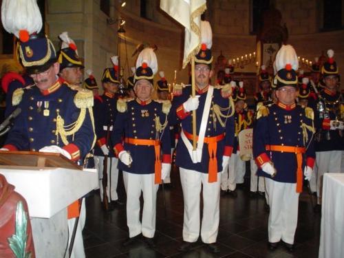 2007: Arno staat, geflankeerd door officieren Piet Slangen (L) en Piet Jennekens (R), klaar op het altaar voor de inzegening van het vaandel.