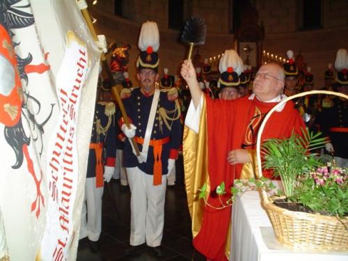 2007: Pastoor Mol zegent het vaandel.